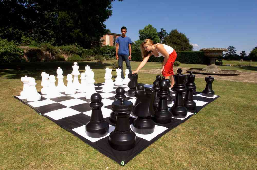 Giant Chess - CE610 + CE610M - Outdoor Image Man Woman