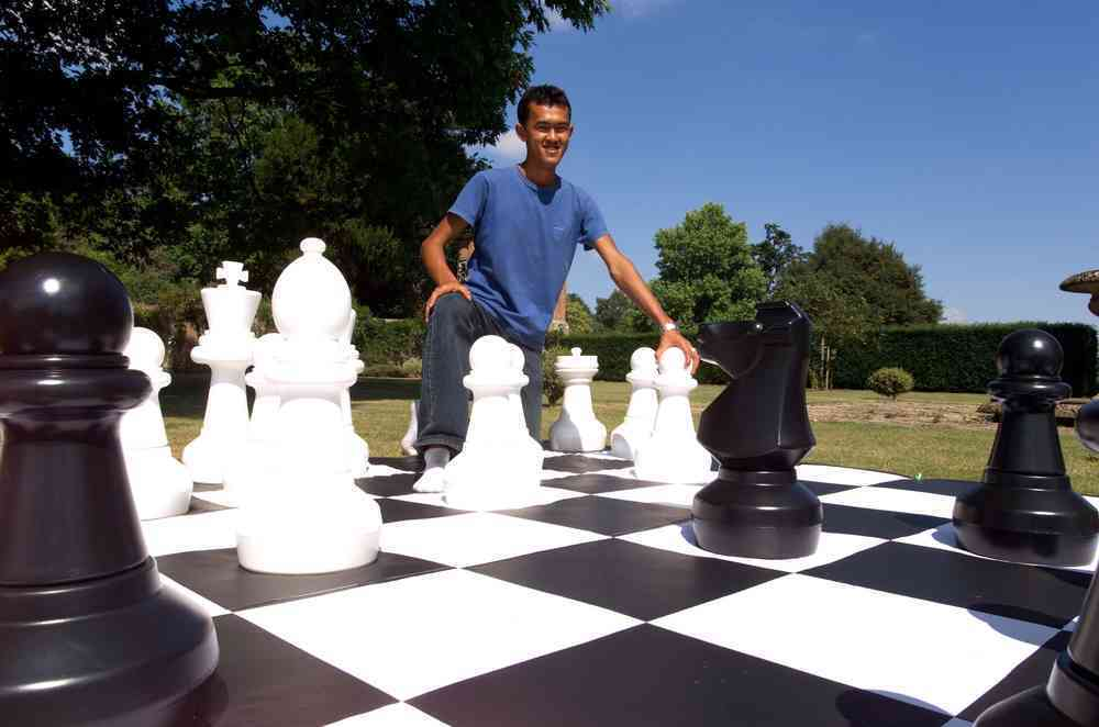 Giant Chess - CE610 + CE610M - Outdoor Image - Man